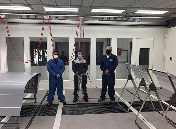John Beauregard de PPG Industries, Jason Couillard de SATA Canada et Amir Farrokh, formateur technique chez Réseau Fix viennent de compléter les tests de peinture